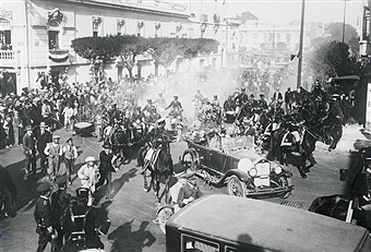 Lindbergh rides on top of car through Mexico City